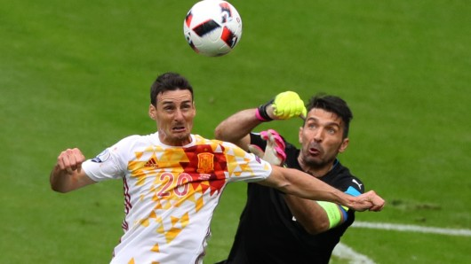 Italiens Torwart Gianluigi Buffon (rechts) gegen Aritz Aduriz aus Spanien.