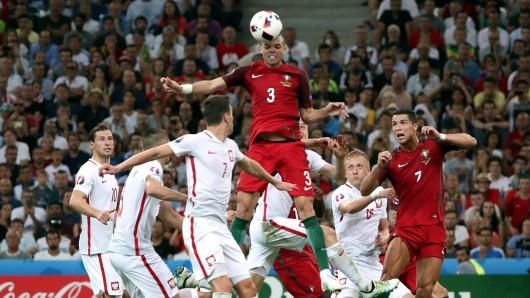 Portugals Pepe steigt zum Kopfball hoch.