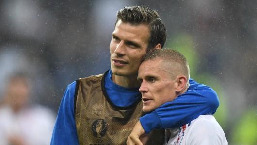 Islands Elmar Bjarnason und Ari Freyr Skulason müssen nach Hause fahren.