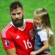 Der walisische Mittelfeldspieler Joe Ledleymit seiner Tochter.