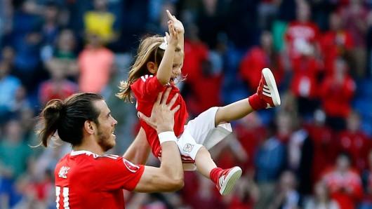 Der Waliser Gareth Bale feiert mit seiner Tochter Alba Violet den Sieg seines Teams gegen Nordirland: Es war sehr wichtig. Wir tun hier unseren Job, arbeiten hart. Aber wenn die Zeit ist, müssen wir auch relaxen und unsere Familien sehen.