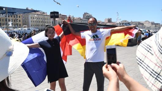 Die Fans genießen die Stimmung am Hafen von Marseille.