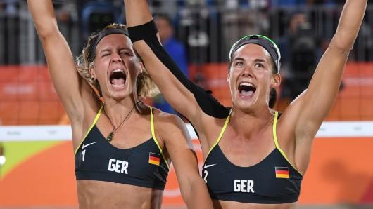 Laura Ludwig (links) und Kira Walkenhorst feiern ihre Goldmedaille.