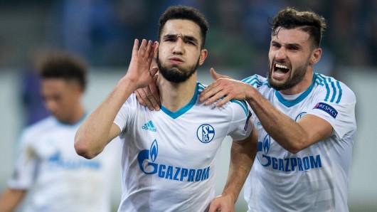 Schalkes Torschütze Nabil Bentaleb (links) und Ex-Wolfsburger Daniuel Caligiuri jubeln nach dem Ausgleichstreffer zum 2:2