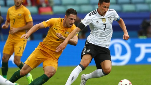 Australiens Milos Degenek versucht, Deutschlands Julian Draxler den Ball abzunehmen.