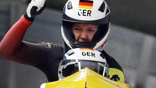Pilotin Mariama Jamanka und Anschieberin Lisa Buckwitz jubeln nach dem Zieleinlauf über ihre Goldmedaille.