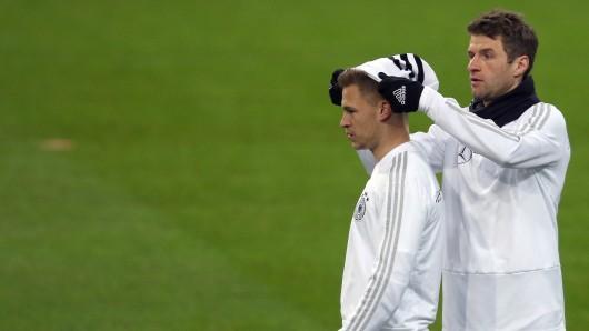 Abschlusstraining vor dem Spanien-Spiel: Thomas Müller setzt Joshua Kimmich eine Mütze auf. Warum auch immer.