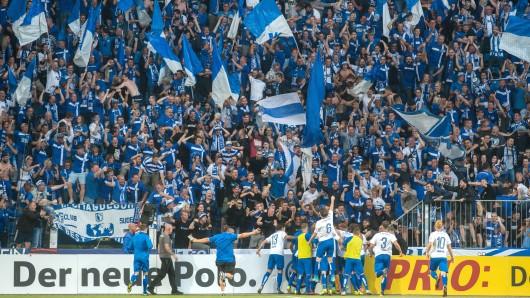 Magdeburgs Spieler jubeln vor dem Block mit FCM-Anhängern (Archivbild).