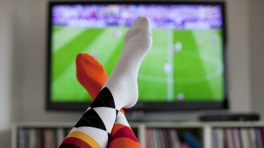 Die Spiele der Fußball-WM2018 in Russland werden von ARD und ZDF übertragen. Wer als Kommentatoren, Moderatoren und Experten eingesetzt wird, wollen beide Sender am Montag verraten.