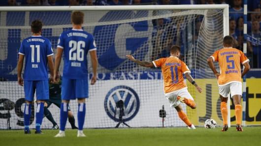 Darmstadts Tobias Kempe trifft per Elfmeter zum 0:1.