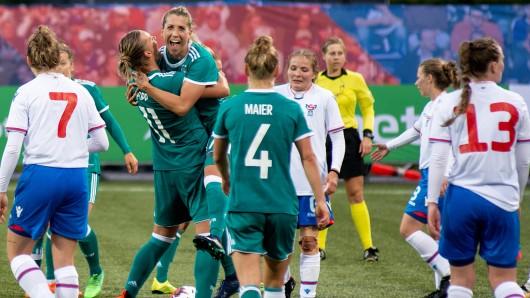 Die deutschen Spielerinnen mit Alexandra Popp (Mitte l-r), Melanie Leupolz und Leonie Maier freien sich nach dem Spiel.