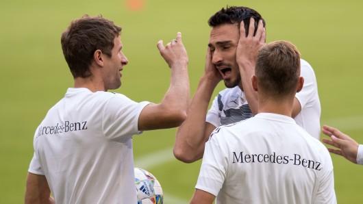 Thomas Müller (links) und Mats Hummels beim  Abschlusstraining der Fußball-Nationalmannschaft.