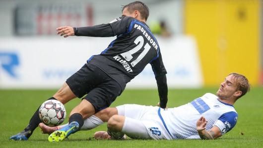 FCM-Kicker Nils Butzen gegen Paderborns Philipp Klement (links).
