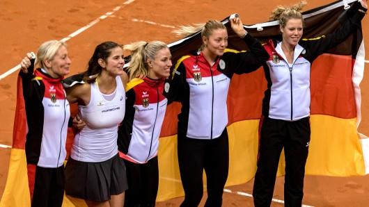 Von links: Barbara Rittner, Julia Görges, Angelique Kerber, Carina Witthöft und Laura Siegemund feiern einen Erfolg in der FedCup Weltgruppe (Archivbild).