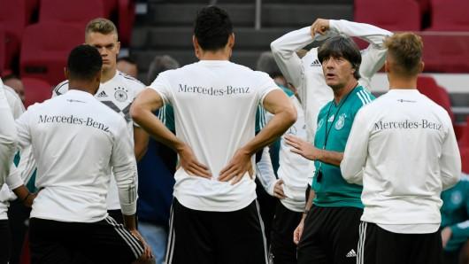 Bundestrainer Joachim Löw spricht zu den Nationalspielern beim Abschlusstraining in der Johan-Cruyff-Arena.