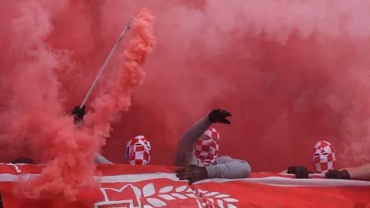 Chaoten zünden im HFC-Block im Eintracht-Stadion Rauchfackeln. Dafür wird der Verein jetzt zur Kasse gebeten.