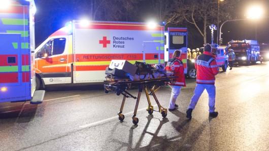 Während die Besatzung eines Rettungswagens in der Nacht zum Donnerstag um das Leben des Mannes kämpfte, kam der Nachbar hinzu und störte die Reanimation derart, dass er von einem Sanitäter nach draußen begleitet werden musste. (Symbolbild)