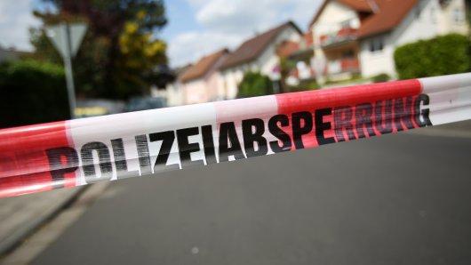 Ein Absperrband der Polizei grenzt am 17.05.2015 einen Tatort in Rodgau (Hessen) ab. Bei einem Polizeieinsatz in Rodgau (Kreis Offenbach) ist am Sonntagmorgen ein 74-Jähriger getötet worden. Laut dem Landeskriminalamt (LKA) Wiesbaden habe der Mann zuvor auf die Einsatzkräfte geschossen, um seine Einweisung in eine Klinik zu verhindern. Mehrere Beamte eines Spezialeinsatzkommandos (SEK) schossen zurück und verletzten den Mann tödlich.