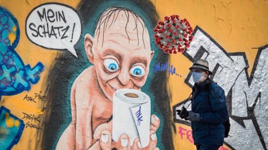 In Zeiten des Coronavirus bunkern die Deutschen Klopapier. Die Berliner Street-Art-Szene hat den passenden Vergleich.