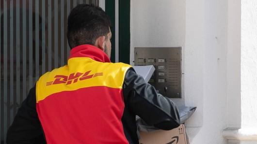 DHL: Um Zusteller und Empfänger vor dem Coronavirus zu schützen, hat die Post mehrere Maßnahmen ausgerufen. (Symbolbild)