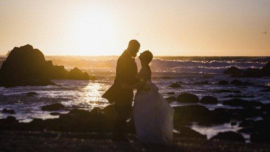Hochzeit: Für ihr Hochzeitsfoto hat sich ein Pärchen einen sehr riskanten Ort ausgesucht – und die Konsequenzen zu spüren bekommen. (Symbolbild)