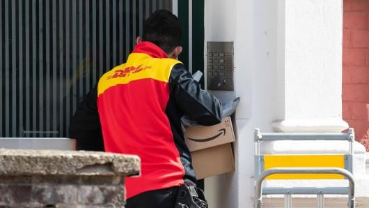 DHL: Eine Kundin dachte schon, dass sie gleich ihr Paket bekommt – doch dann kam alles anders. (Symbolbild)