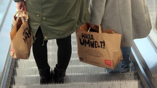 Rewe: Ein Frau kauft Produkt bei der Supermarktkette und bemerkt zu Hause einen Fehler. (Symbolbild)