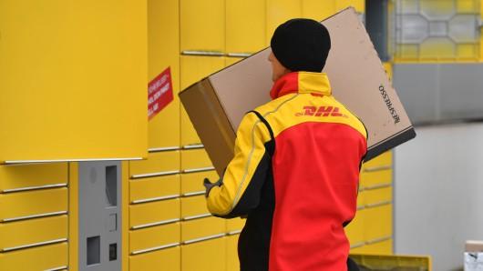 Eine DHL-Kundin wartet sehnsüchtig auf ihr Paket. Doch es kommt einfach nicht an.