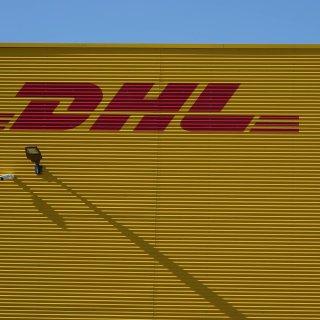 DHL hat eine Änderung bei der Paketzustellung vorgenommen. Kunden sind deshalb wütend und stellen das Unternehmen zur Rede. (Symbolbild)