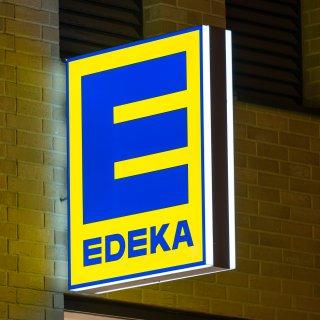 Edeka wollte seine Kunden mit bereits vorgeschältem Spargel begeistern. Doch ein Kunde ist darüber völlig fassungslos! (Symbolbild)