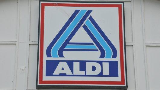 Ein Einkauf bei Aldi bringt einen Kunden zum Lachen.