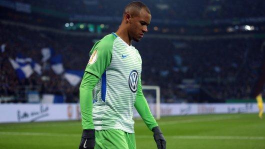 Wolfsburgs Marcel Tisserand musste auf Schalke verletzt raus.