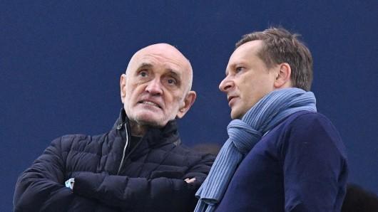 Hannovers Vereinspräsident Martin Kind (links) und 96-Manager Horst Heldt beim Smalltalk auf der Tribüne (Archivbild).