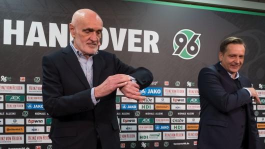 Bisher war der Sportdirektor Horst Heldt (hier rechts neben Martin Kind) bei den Pressekonferenzen von Hannover 96 dabei - heute fehlte er. (Archivbild)