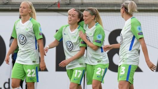 Wolfsburgs Ewa Pajor (2. von links) jubelt mit Pernille Harder (links), Lara Dickenmann und Zsanett Jakabfi (rechts).