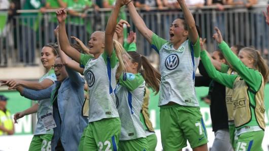 Jubeln wollen die Frauen des VfL Wolfsburg wieder. Heute soll das Triple her (Archivbild).