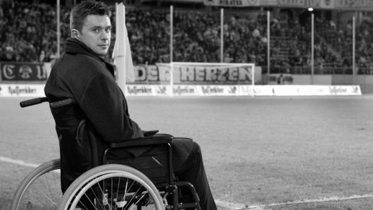 Vor Beginn eines Benefizspiels des VfL Wolfsburg gegen den FC Bayern 2003 zu Gunsten der Krzysztof Nowak-Stiftung sitzt der ehemalige polnische Nationalspieler und Wolfsburg-Mittelfeldspieler in der VW-Arena in Wolfsburg im Rollstuhl. Zwei Jahre später starb er.