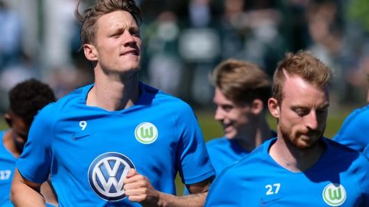 Wout Weghorst (links) und Maximilian Arnold beim Training in Wolfsburg.