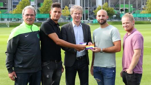 Von links: Peter Pöche (Unterstützerkreis SSV Vorsfelde), Abdou Medini (Trainer Union Wolfsburg), Tim Schumacher (Geschäftsführer VfL Wolfsburg), Angelo Allegrino (Co-Trainer SV Barnstorf) und Rene Zach (Jugendförderung Stadt Wolfsburg).