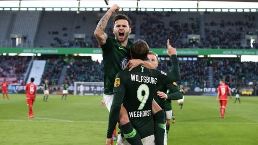 Torschütze Wout Weghorst trifft zum 2:0 per Elfmeter und jubelt mit Renato Steffen.