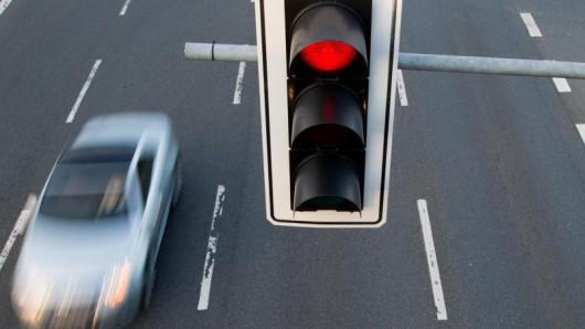 Nach Aussage am Unfallort hatte der Fahrer die rote Ampel nicht gesehen (Symbolbild).
