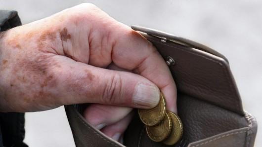 Zum 1. Juli werden 160 000 Rentner erstmals steuerpflichtig.