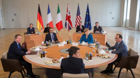 US-Präsident Barack Obama (4.v.l), Bundeskanzlerin Angela Merkel (3.v.r, CDU) Großbritanniens Premierminister David Cameron (l), Italiens Ministerpräsident Matteo Renzi (vorne M) und Frankreichs Präsident Francois Hollande (r) sitzen 25.04.2016 vor Beginn des US-Europa Gipfeltreffens in Hannover am Tisch. Bei dem Gespräch werden die Terrorbekämpfung sowie die Krisen in Syrien und Libyen Thema sein.