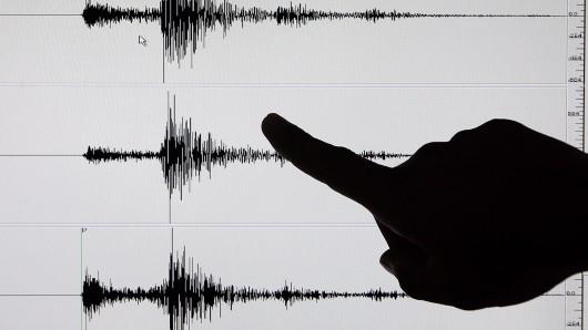 Die Aufzeichungen eines Seismographen. Mit diesen Geräten werden Bodenerschütterungen aufgezeichnet (Symbolbild).