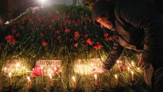 Eine Frau trauert am 30. Jahrestag der Reaktorkatastrophe von Tschernobyl.