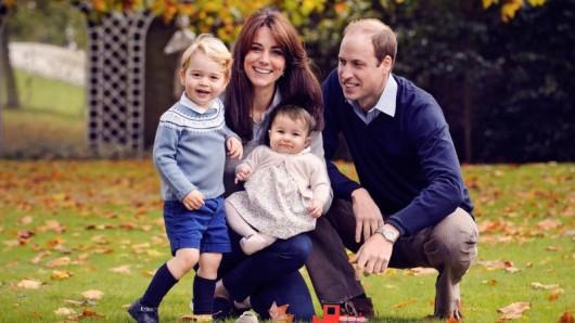 Prinz William und seine Frau Kate zeigen 2015 ihre Kinder George und Charlotte.