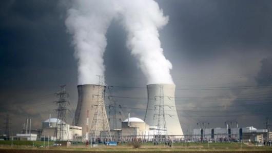 Dampf steigt bei Antwerpen aus den Kühltürmen des Atomkraftwerks Doel des Stromversorgers Electrabel.