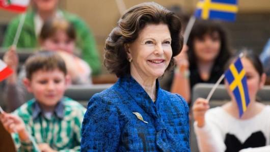Königin Silvia von Schweden im Plenum des Landtags in Düsseldorf mit Schülern.
