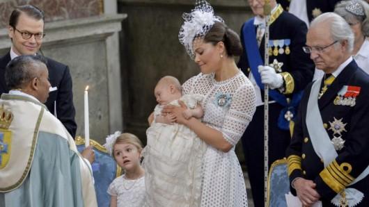 Der kleine Prinz Oscar nimmt die Taufe ganz gelassen.