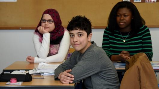 Symbolbild: Schüler aus Syrien und Ghana – sie lernen die deutsche Sprache.